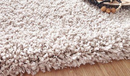 Weißer Teppich auf Vinylboden
